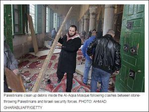 Palästinenser räumen Trümmer in der al-Aqsa-Moschee nach Zusammenstößen zwischen steinewerfenden Palästinensern und israelischen Sicherheitskräften.