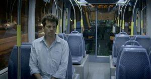 Adam Wishart in der Jerusalemer Straßenbahn (Screenshot: BBC Panorama)