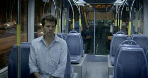 Adam Wishart in der Jerusalemer Straßenbahn (Screenshot: BBC Panorama)